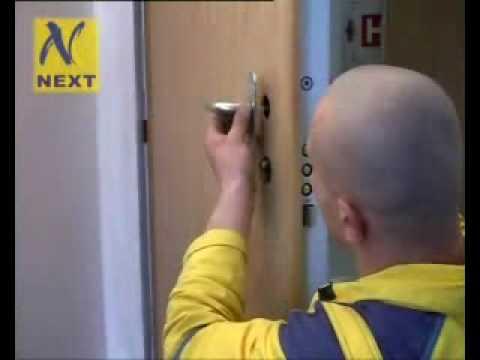 URNA za bezpečnostními dveřmi