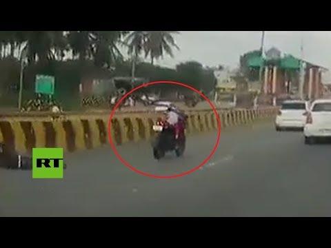 Una niña de 5 años se queda a los mandos de una moto tras un accidente de transito