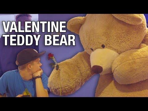 Гигантский плюшевый мишка раздает подарки ко Дню святого Валентина