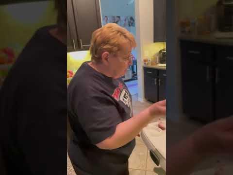 התגובה של הילד הזה לסבתא שמאכילה אותו הפילה אותי מצחוק
