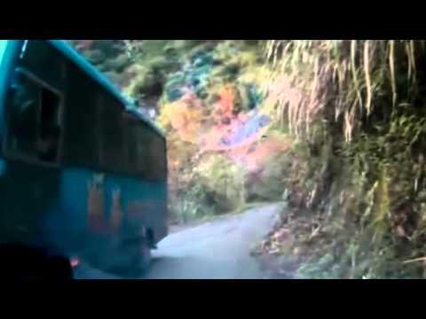 Автобус рухнул в пропасть / видео