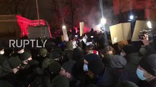 Ukraina: Wybuchają starcia między nacjonalistycznymi demonstrantami a policją przed siedzibą prezydenta w Kijowie.