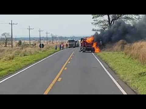 Misteriosamente caminhão pega fogo na MS-480 em Anaurilândia