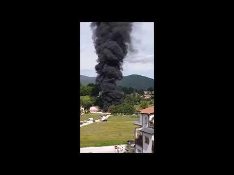 Spoleto, incendio nella rimessa camper: video impressionante