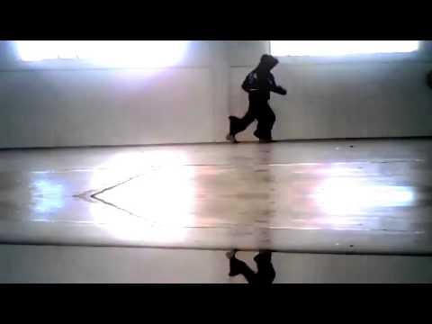 hardstyle shuffling . 1 kiểu nhãy của dân úc châu đi kèm với thể loại nhạc hardstyle . rất lạ mắt !