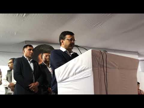 दिल्ली के सीएम शहीद जवान श्री बिनेश कुमार के परिवार को एक करोड़ रुपये का चेक देने विनोद नगर पहुँचे