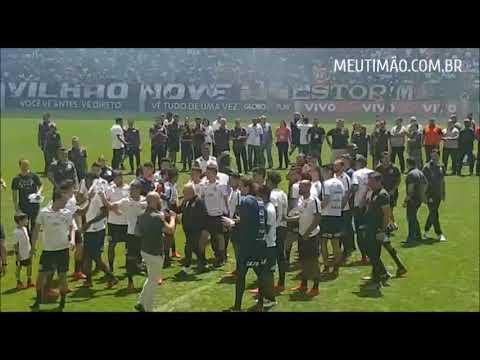 Jogadores do Corinthians se reúnem para saudar funcionários na Arena