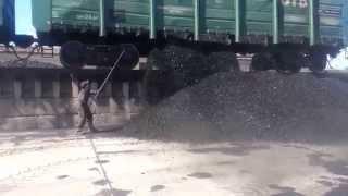 выгрузка вагонов с каменным углём.