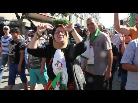 العرب اليوم - شاهد: آلاف المتظاهرين يخرجون في العاصمة الجزائرية رفضًا للانتخابات الرئاسية