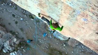 """Arnaud Petit grimpe """"Black Bean"""" sur coinceurs, 8b à Ceüse"""