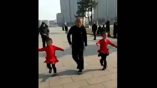 Дедушка танцует со своими внуками