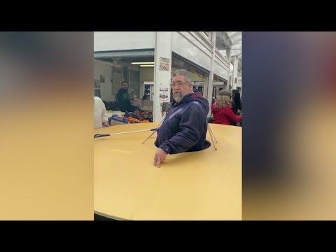 האיש הזה מצא דרך מצחיקה ויעילה להרחיק ממנו אנשים שחולים בקורונה!