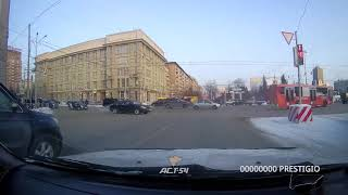 ДТП с участием такси на площади Ленина. Со второго ряда направо