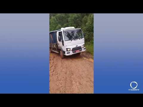 Imagens mandadas por moradores do interior de Mangueirinha mostram situação precária da rodovia