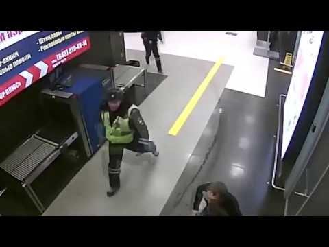 Казанский водитель разъезжает по терминалу аэропорта