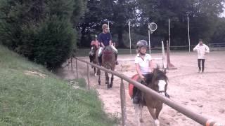 Martine et Fifi montent à cheval