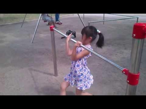 【悲報】 鉄棒で遊んでパンツ丸見えになった女子小学生・・・これはアウト・・・(※動画あり) : わろたあろっと