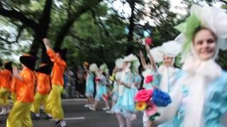 Прекрасные участницы карнавала в Сочи и их элегантные спутники
