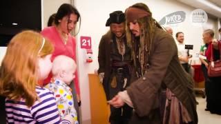Джони Депп в образе Джека Воробья посетил детскую больницу в австралийском городе Брисбен