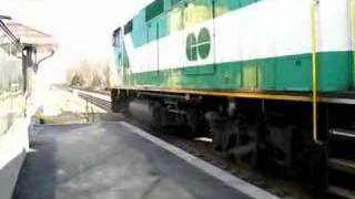 preview picture of video 'GO Run 153 Arriving at Erindale GO Station with EMD F59PH 549 Pushing'