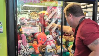 Claw Machine Watching The Vendor+ LOTS OF WINS!!