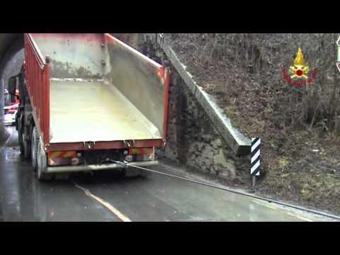 La rimozione del camion al ponte di Somma Lombardo