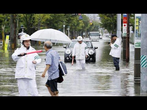 العرب اليوم - شاهد: الأمطار الغزيرة تغمر شوارع اليابان