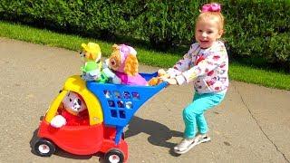 Детская площадка в парке аттракционов и игрушки Щенки