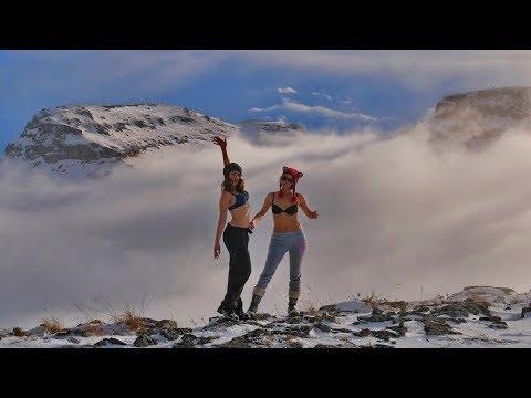 Девчонки и полёты над облачным морем плато Баранаха! Дастер с блокировкой и без в гору по снегу