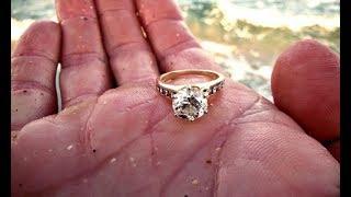 Гуляя по пляжу, девушка нашла золотое кольцо. То, что произошло потом, просто невероятно!