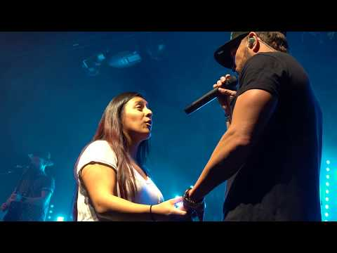"""Chris Lane sining """"I Don't Know About You"""" with bringin a fan on stage!"""