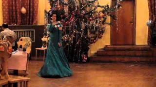 Красивая девушка красиво поет Новый год 2010