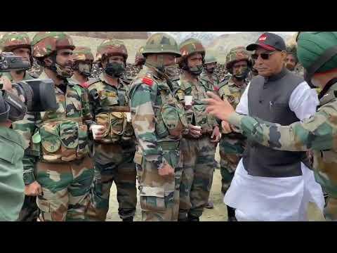 रक्षा मंत्री ने लद्दाख के आगे के क्षेत्रों में बिहार रेजिमेंट के सैनिकों से मुलाकात की
