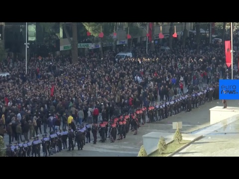Χάος στην Αλβανία: Άγρια επεισόδια και ξύλο — Χιλιάδες διαδηλωτές ζητούν παραίτηση Ράμα (βίντεο)