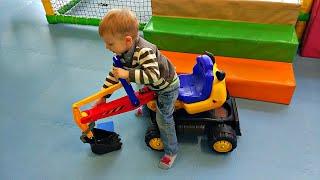 Играем с трактором в шариках в Развлекательном центре для Детей