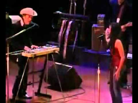 "Norah Jones Joins Dylan for ""I Shall Be Released"" (Live) 