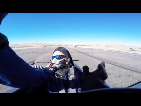 Stuntpilot nesten halshugget av flyvinge