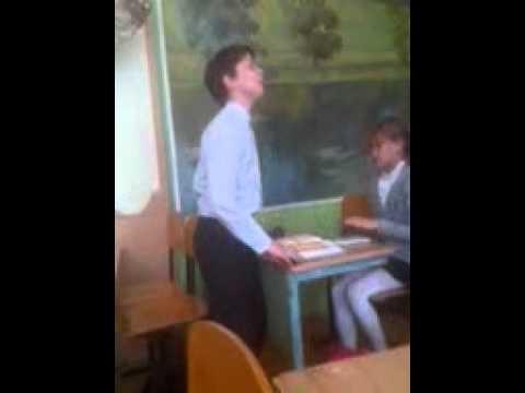 На уроке раздевается девочка