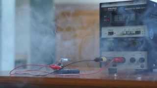 工業系女子高生のいたずら電解コンデンサーの爆発