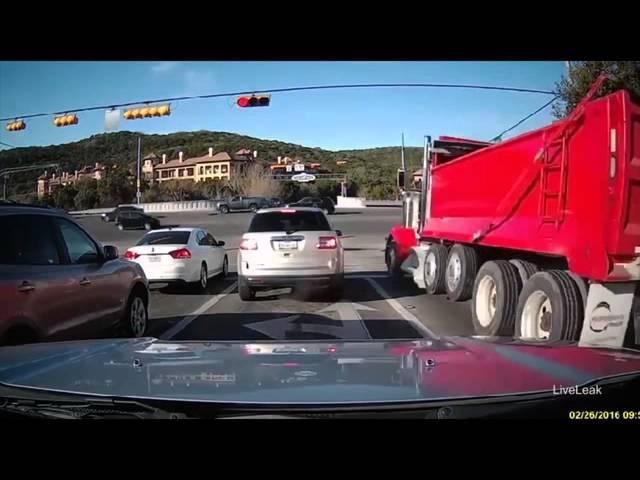 سائق يفقد السيطرة على شاحنته عند إشارة مرور