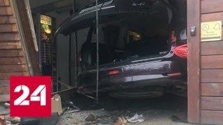 В Петербурге произошли сразу две аварии, в которых машины влетели в магазин - Россия 24