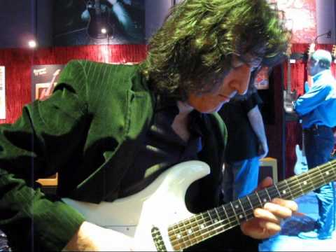 MARK FLORES - plays Ritchie Blackmore Strat at 2010 Winter N.A.M.M. show
