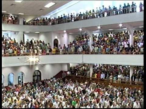 Молитва в церкви на коленях
