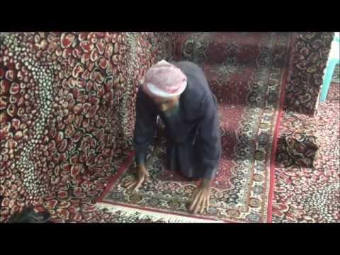 مسن سعودي يذهب للمسجد حبواً