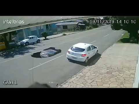 Asfalto cede após um caminhão passar e um minuto depois, um carro foi engolido