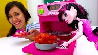 Monster High. ¡Cocinemos con Draculaura! Vídeos para niñas.
