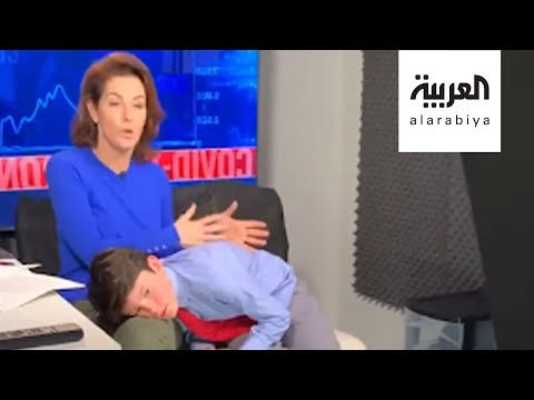 العرب اليوم - شاهد: مذيعة تقدم برنامجها وتعتني بطفلها في بث مباشر