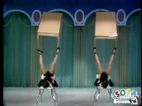 האחיות ברנטון במופע להטוטנות רגליים משנת 1969