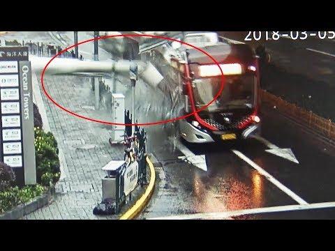 العرب اليوم - سقوط لأحد الأعمدة على أتوبيس تصادف مروره