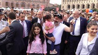 Նիկոլ Փաշինյանը դուստրերի հետ շրջում է Հանրապետության հրապարակում